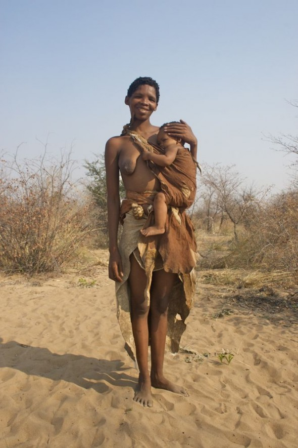 Mother holding her baby. Ju/'hanse San people, or as they are more commonly known, the Bushmen, near Tsumkwe, eastern Namibia.